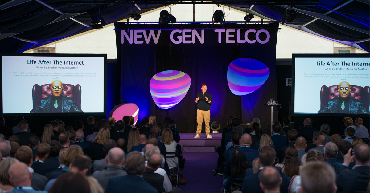 Verdens mest oppkoblede mann, Chris Dancy, på scenen under Telia IoT Symposium 2017.