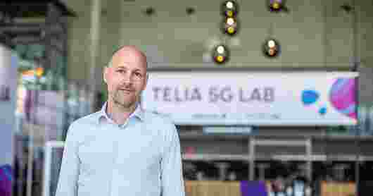 Strategidirektør Kenny Hognestad i Telia Next foran skilt med Telia 5G Lab.